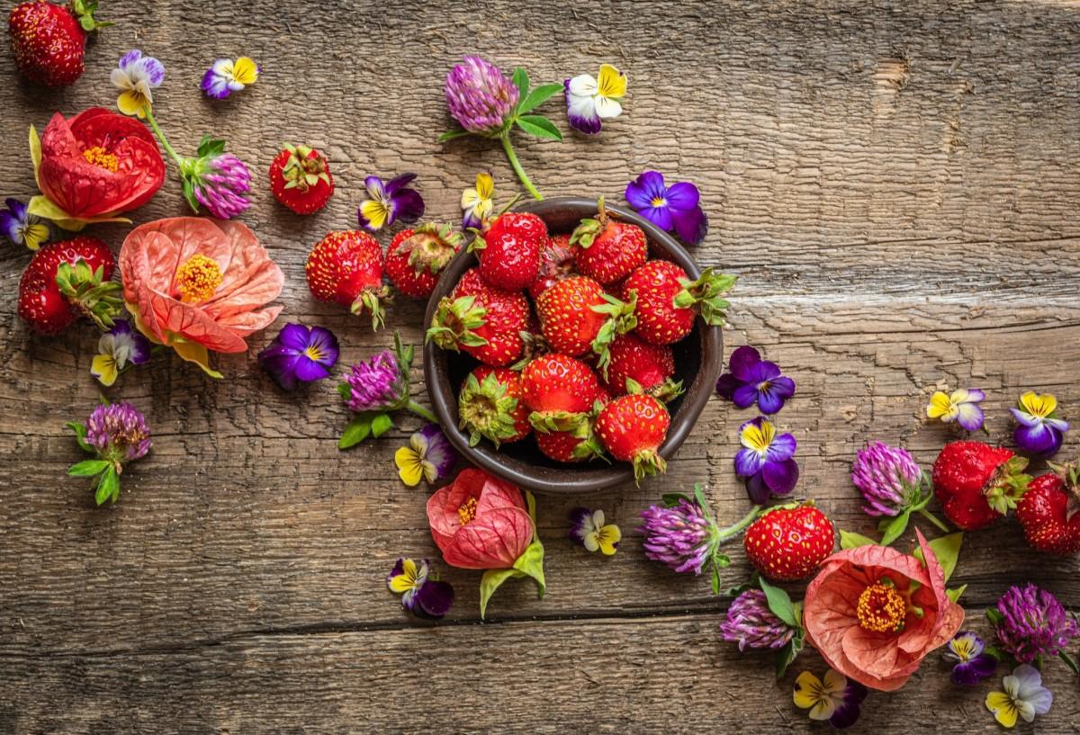 O quebra-cabeça Recolher o quebra-cabeças on-line - Strawberries and flowers
