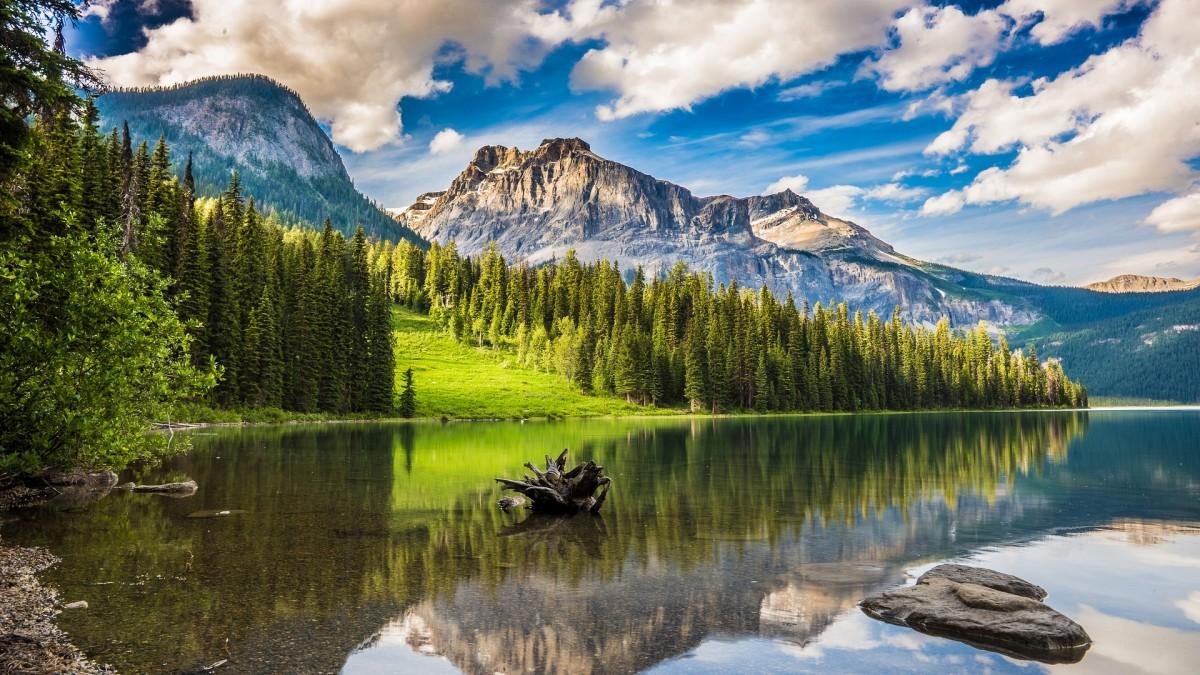 O quebra-cabeça Recolher o quebra-cabeças on-line - Lake among mountains