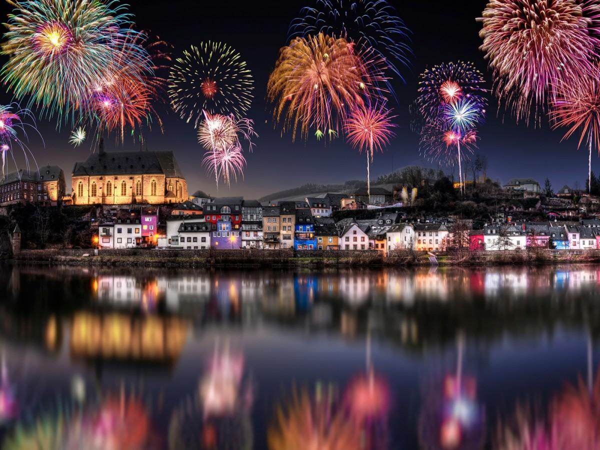 O quebra-cabeça Recolher o quebra-cabeças on-line - Firework above the city