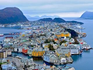 Собирать пазл Alesund. Norway онлайн