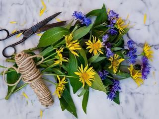 Собирать пазл Bouquet and scissors онлайн