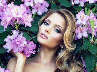 Собирать пазл Girl and flowers онлайн