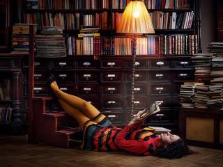 Собирать пазл Girl in library онлайн