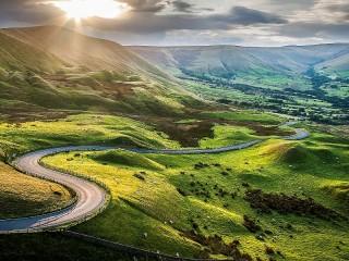 Собирать пазл Road in the valley онлайн