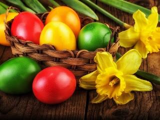 Собирать пазл Easter eggs and daffodils онлайн