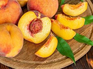 Собирать пазл Peaches on a tray онлайн