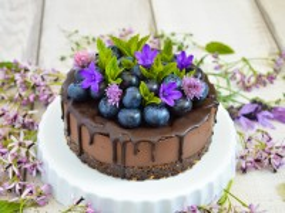 Собирать пазл Cake with blueberries онлайн