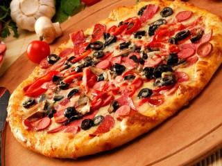 Собирать пазл Pizza with sausage онлайн