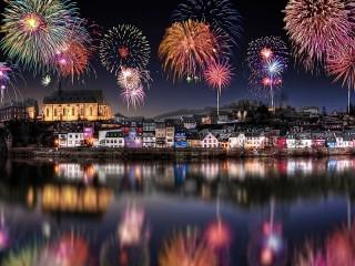Собирать пазл Firework above the city онлайн