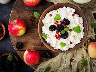 Собирать пазл Cottage cheese and berries онлайн